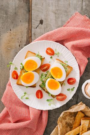 uovo bianco appena bollito sulla tavola di legno. Colazione sana fitness.