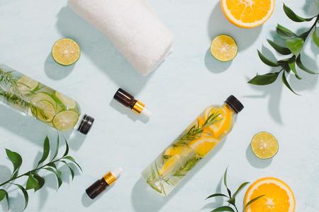 Agua detox con sabor a fruta. Refrescante cóctel casero de verano