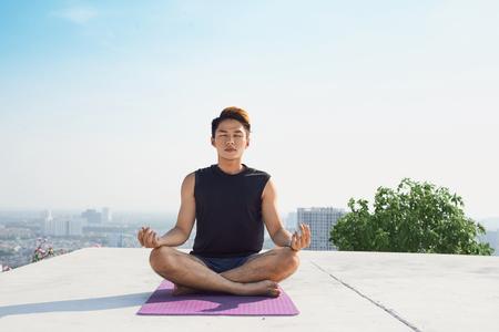 Mann, der fortgeschrittenes Yoga praktiziert. Eine Reihe von Yoga-Posen. Lifestyle-Konzept. Standard-Bild