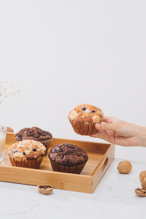 Breakfast with fresh homemade delicious muffins and milk. Banque d'images - 109355620