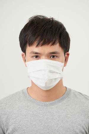 Stoppen Sie die Infektion gesunder Mann zeigt Gestenstopp des Mannes tragen Schutzmaske gegen