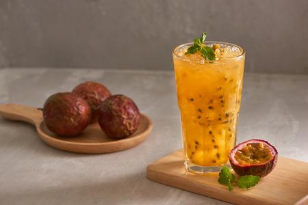 Bicchiere di tè al frutto della passione bevanda fresca.