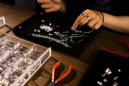 Diseñador femenino haciendo joyerías en una joyería