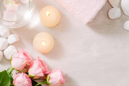Spa-Einstellungen mit Rosen. Spa-Thema mit Kerzen und Blumen auf dem Tisch. Standard-Bild