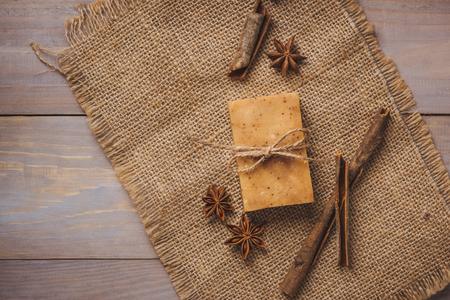 jabón artesanal con estrella de canela y anís Foto de archivo