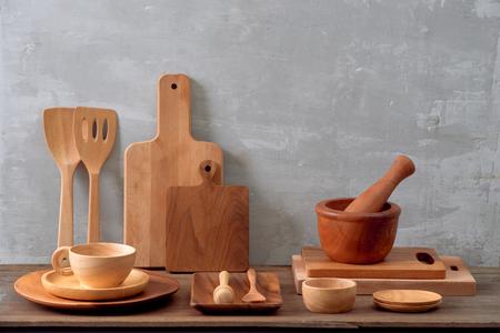 Ustensiles de cuisine, planche à découper d'olive sur une étagère de cuisine contre un mur de briques blanches. Mise au point sélective Banque d'images
