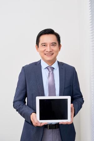 adulte souriant, homme affaires, tenue, tablette numérique, à, écran blanc, isolé, blanc Banque d'images