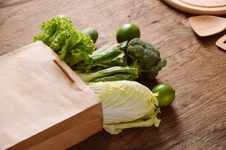 verduras frescas en una bolsa de papel marrón