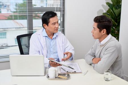 Concepto de medicina y salud, el profesor Doctor presenta informe y recomienda un método con el tratamiento del paciente, después de los resultados sobre el problema del paciente.