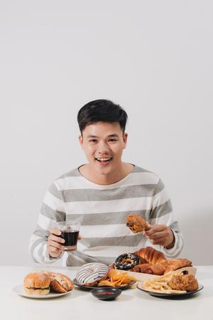 Gente comiendo comida rápida concepto mano sujetando pollo frito refresco carbonatado