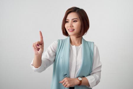 Młoda kobieta, wskazując na coś na białym tle