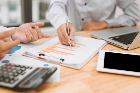 Hombre de negocios en evaluación financiera en línea. Trabajo en equipo en la oficina