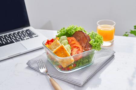 zelfgemaakte lunchbox op moderne stijlvolle werkplek, uitzicht van bovenaf