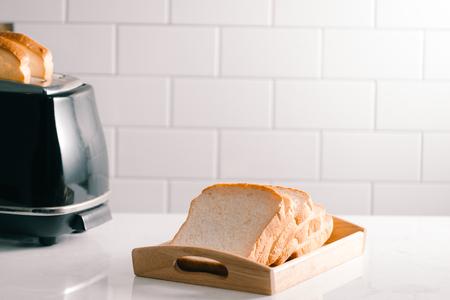 Tostadora tostada hoja de pan con un aspecto delicioso para el desayuno Foto de archivo