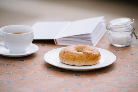 coffee, a good book and bread for a good morning in cafeteria Banque d'images - 116099281