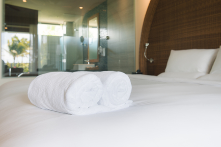 Closeup clean towels in hotel room hygiene and hospitality concept Foto de archivo