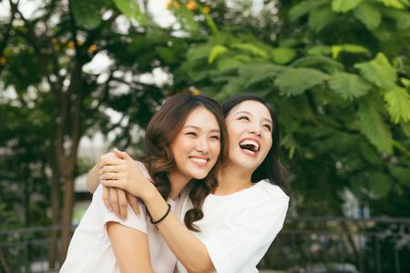jonge mooie vriendinnen over natuur achtergrond, in de tuin