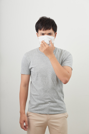 jeune homme portant un masque de protection isolé sur fond blanc Banque d'images
