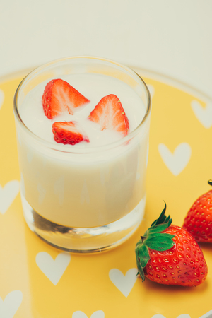 Strawberry Yoghurt. Healthy food with Strawberries and yoghurt breakfast on table. Banque d'images - 118050425