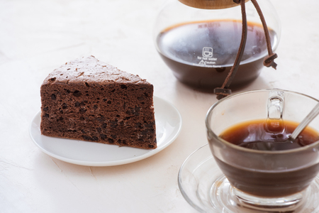 Drip coffee (dripper) and drip ground coffee with glass drip pot, cup and chocolate cake 스톡 콘텐츠
