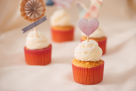 Tasty sweet pink cupcakes. Decorated dessert table Banco de Imagens