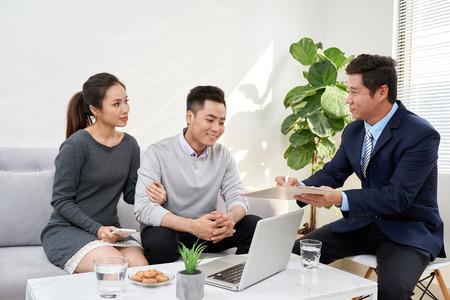 Abogado exitoso que consulta a una pareja familiar sobre la compra de una casa