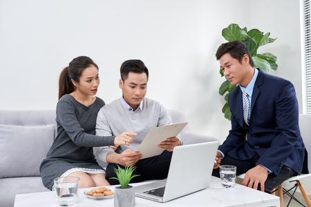 Succesvolle advocaat die een familiepaar overlegt over het kopen van een huis Stockfoto
