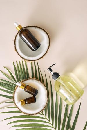 Geknackte Kokosnuss und eine Flasche Öl auf dem Tisch - Spa-, Hautpflege-, Haarpflege- und Entspannungskonzept