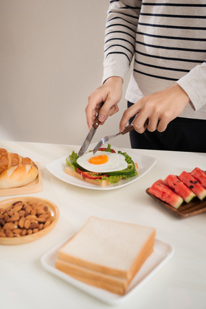 A man having breakfast with knife and fork 版權商用圖片
