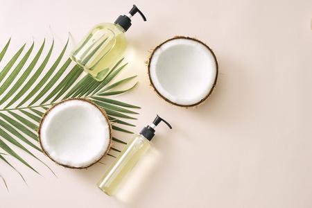 Champú y spray de coco para el cuidado del cabello. Mascarilla casera de cosmética natural. Aceite de coco y exfoliante. Spa y bienestar. Productos de belleza caseros. Estilo de vida saludable.