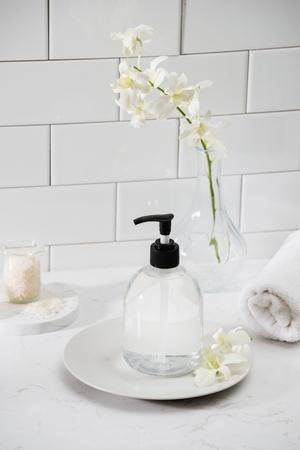 luxuriöses Badezimmer-Interieur - Seife und Handtuch Standard-Bild