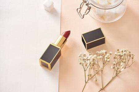 Liebe Valentinstag zusammen glückliches Zuneigungskonzept mit Lippenstift