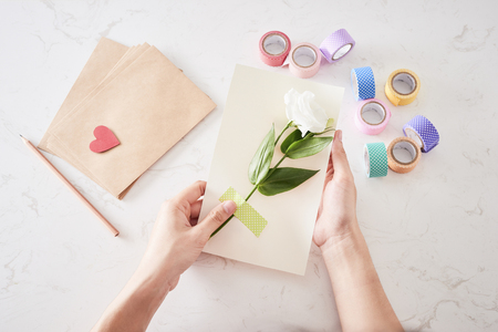 Faire des décorations ou une carte de voeux. Bandes de papier, fleur, ciseaux. Artisanat fait main en vacances : Anniversaire, Fête des Mères ou des Pères, 8 mars, Mariage.