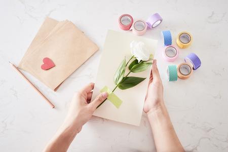 Realización de adornos o tarjetas de felicitación. Tiras de papel, flor, tijeras. Artesanías hechas a mano en vacaciones: cumpleaños, día de la madre o del padre, 8 de marzo, boda.