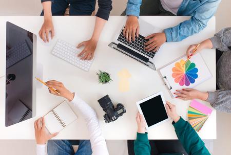 Młody kreatywny zespół po spotkaniu w kreatywnym biurze - koncepcje pracy zespołowej. Zdjęcie Seryjne