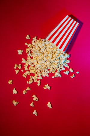 Popcorn in scatola di cartone rossa e bianca Archivio Fotografico
