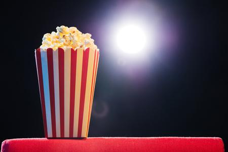 Popcorn su sfondo chiaro cinema, concetto di film