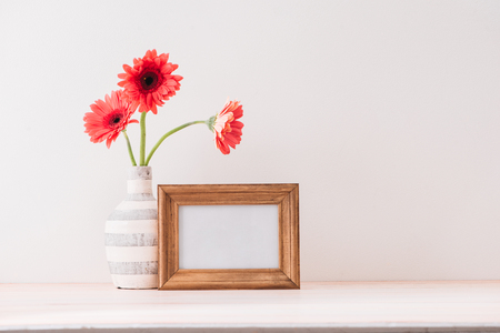 Wit landschapsframe mock-up met een vaas met gerbera naast het frame, bedek uw citaat, promotie, kop of ontwerp, ideaal voor kleine bedrijven, lifestyle-bloggers en sociale-mediacampagnes Stockfoto