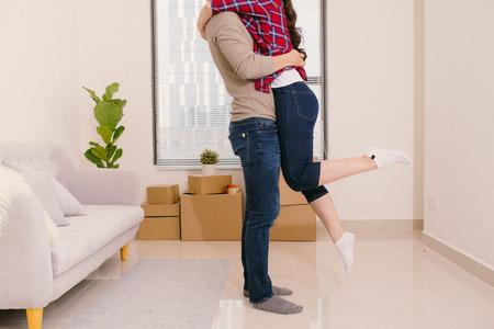 Recién casados un joven y una mujer que se sienten increíblemente relajados en su nueva casa
