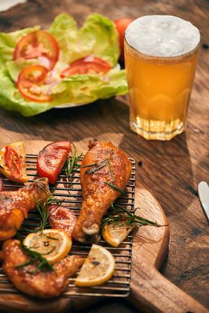 Muslo de pollo picante y picante y closeup de alas con cerveza