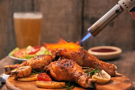 Chef di cucina di pollo fritto croccante su sfondo di tavola di legno nei ristoranti. Concetto di alimenti. Tono caldo delle luci. Archivio Fotografico
