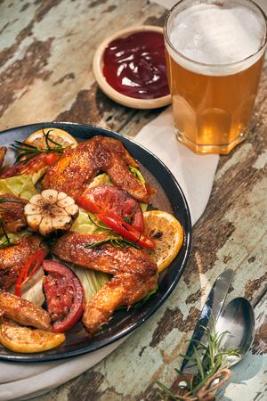Alette di pollo alla griglia speziate con peperoncino e rosmarino Archivio Fotografico