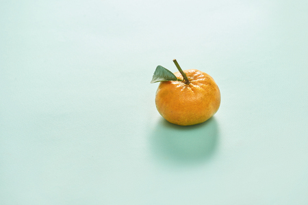Tangerine or clementine with green leaf isolated on blue background - Image 版權商用圖片