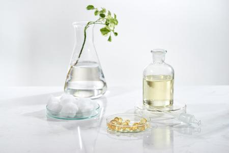 medicina alternativa de hierbas. Vitamina herbal sobre fondo blanco. Foto de archivo
