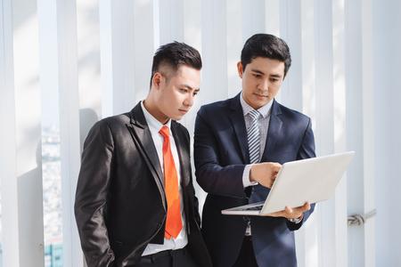 Geschäftsleute, die mit Laptop arbeiten Standard-Bild