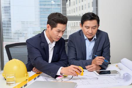 Colleghi che lavorano in ufficio. Uomini d'affari che pianificano sulla scrivania Archivio Fotografico