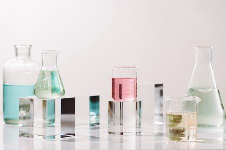 Frascos con diferentes aceites perfumados en mesa Foto de archivo