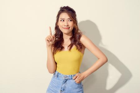 joven y atractiva mujer asiática que señala con el dedo Foto de archivo