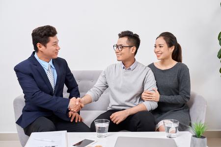 Immobilienmakler, der mit Kunden im Büro arbeitet