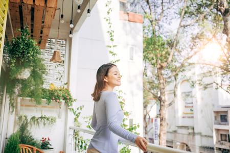 Femme profiter de son café sur le balcon Banque d'images